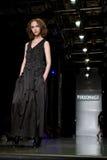 Modèle femelle à un défilé de mode par Persomage Collec Image libre de droits