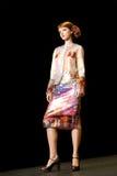 Modèle femelle à une passerelle de mode (mode russe Photographie stock