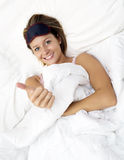 Modèle femelle élégant souriant dans le lit Photos libres de droits
