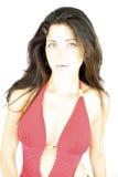 Modèle femelle étonnant avec les yeux verts dans des vêtements de bain rouges Image libre de droits