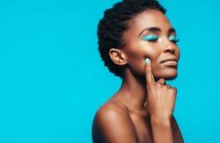 Modèle femelle africain avec le maquillage vibrant photos stock