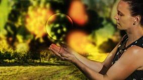 Modèle femelle avec une boule dans sa main Images stock