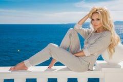 Modèle femelle blond sexy se tenant prêt la piscine photos stock
