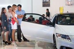 Modèle femelle dans l'exposition des véhicules à moteur image stock