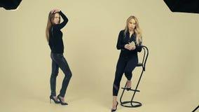 Modèle femelle dans la pose noire pour la photo dans le studio, modèle de formation des enseignants femelle Slow Motion banque de vidéos