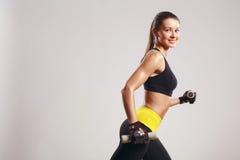 Modèle femelle de forme physique avec des haltères Photo stock