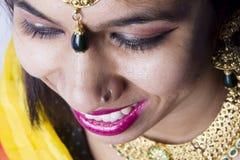 Modèle femelle indien dans le regard indien rural images stock