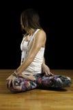 Modèle femelle Seated Twist de yoga Images libres de droits