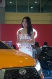 Modèle femelle sur l'exposition des véhicules à moteur Photographie stock
