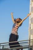 Modèle femelle sur le fond du ciel dans un T-shirt avec Amer Photo stock