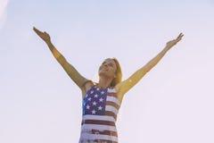 Modèle femelle sur le fond du ciel dans un T-shirt avec Amer Image stock