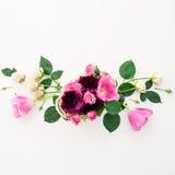 Modèle floral avec des fleurs, des roses et des branches de tulipe d'isolement sur le fond blanc Configuration plate, vue supérie Photographie stock