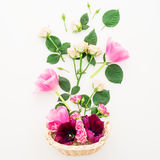 Modèle floral avec des fleurs, des roses et des branches de tulipe d'isolement sur le fond blanc Configuration plate, vue supérie Image stock
