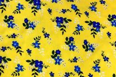 Modèle floral coloré à l'arrière-plan jaune sur le tissu sans couture photo stock