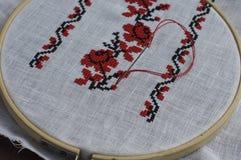 Modèle floral de point de croix fait main folklorique traditionnel photos libres de droits
