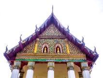 Modèle floral thaïlandais de filet de stuc dans le tympan du temple thaïlandais Photos stock