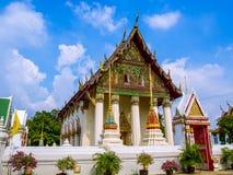 Modèle floral thaïlandais de filet de stuc dans le tympan du temple thaïlandais Images libres de droits