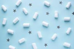 Modèle géométrique des guimauves et des étoiles blanches sur le fond en pastel bleu images libres de droits