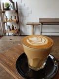 Modèle gentil d'art chaud de latte de café photographie stock