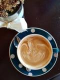 Modèle gentil d'art chaud de latte de café photo stock