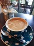 Modèle gentil d'art chaud de latte de café images stock