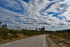 Modèle gentil des nuages dans un ciel bleu image libre de droits