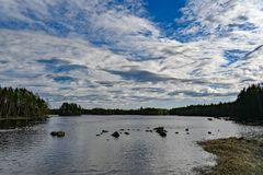 Modèle gentil des nuages dans un ciel bleu images libres de droits
