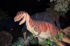 Modèle grandeur nature de dinosaure africain de chasseur d'Afrovenator au dinotopia Siam Park City image stock