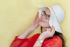 Modèle heureux de femme sur le fond jaune lumineux avec l'espace de copie Image stock