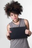 Modèle hispanique de rebelle de brune avec Afro comme des cheveux Image libre de droits