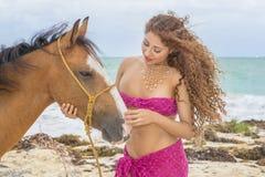 Modèle hispanique And Horse de brune photographie stock libre de droits