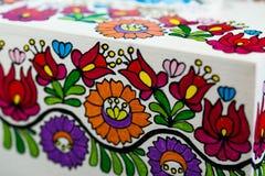 Modèle hongrois coloré peint à la main sur le support de serviette au restaurant local photo stock