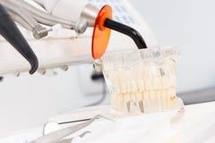 Modèle, instruments et outils dentaires de mâchoire avec des instruments employés par des dentistes dans le bureau de stomatologi images libres de droits