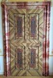 Modèle intrigant sur une porte en bois Image libre de droits