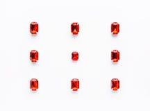 Modèle lâche rouge de pierres gemmes sur le fond blanc Photo libre de droits