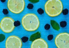 Modèle lumineux coloré des feuilles, des mûres et du citron Photographie stock
