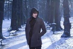 Modèle mâle dans la ruelle de l'hiver, fond bleu froid Photographie stock