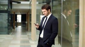 Modèle mâle dans le procès d'affaires Position heureuse d'homme d'affaires, sourire, regardant l'appareil-photo banque de vidéos