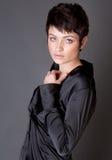 Modèle magnifique dans la chemise noire de satin images stock