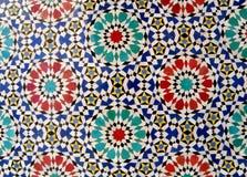 Modèle marocain de cercle de style brillamment et mur carrelé coloré à Fez, Maroc image libre de droits