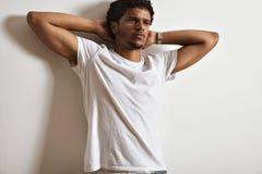 Modèle masculin attrayant présentant le T-shirt blanc vide Image stock