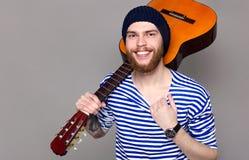 Modèle masculin avec la guitare Image stock