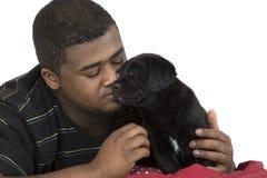 Modèle masculin d'afro-américain aimant son chien Image stock