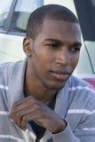 Modèle masculin d'afro-américain utilisant le chandail gris Images libres de droits