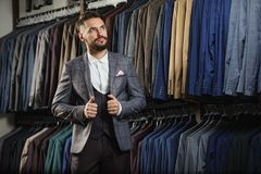 Modèle masculin dans un costume Photo stock
