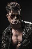 Modèle masculin de beau bodybuilder sportif posant dans le studio Expression sur l'appareil-photo Photo stock