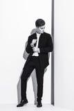 Modèle masculin de beau bodybuilder sportif posant dans le studio Expression sur l'appareil-photo Homme d'affaires bel dans le pr Photo libre de droits