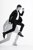 Modèle masculin de beau bodybuilder sportif posant dans le studio Expression sur l'appareil-photo Homme d'affaires bel dans le pr Image stock