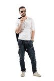 Modèle masculin de jeune mode belle posant avec la veste au-dessus de son épaule Photo libre de droits