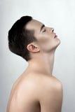 Modèle masculin de transpiration dans le profil images stock
